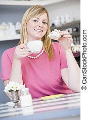 vrouw zitten, thee, jonge, drinkt, koffiehuis