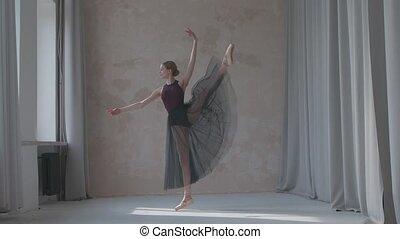 vrouwtje zwarte, exercises., dans, venster, motion., vertragen, movesby, repeteert, studio, rok, ballet, sunlight., gebaad, ruim, transparant, danser