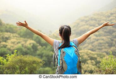 wandelaar, bergen, vrouw, openen armen