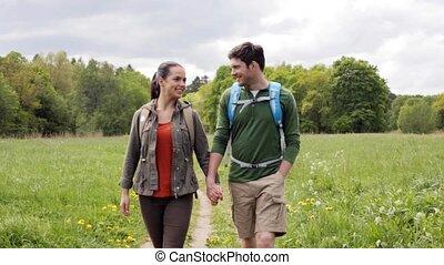 wandelend paar, 3, buitenshuis, rugzakken, vrolijke