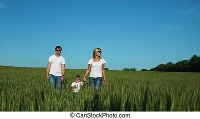 wandelende, gezin, een, akker, kind, witte t-shirts
