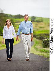 wandelende, liefde, paar, middelbare , middelbare leeftijd , leeftijd