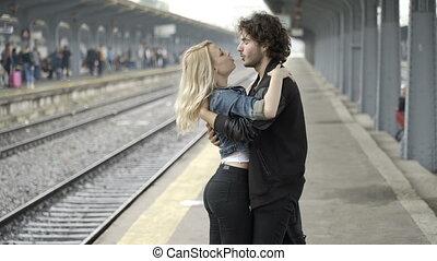 wandelende, paar, hand, station, kussende , spoorweg, vrolijke