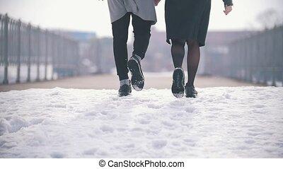 wandelende, paar, jonge, hand, achterk bezichtiging