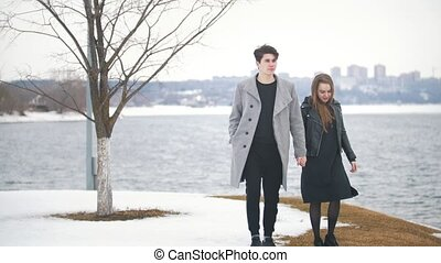 wandelende, paar, jonge, hand, hipster, rivieroever