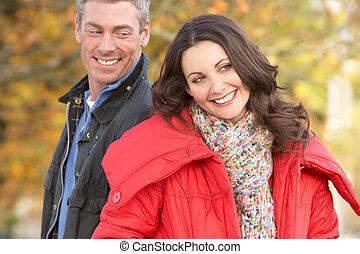 wandelende, paar, park, jonge, herfst, door