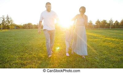 wandelende, park, gelukkige familie