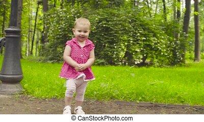 wandelende, park, ouders, baby meisje, vrolijke
