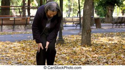 wandelende, vrouw, pijn, park, knie, senior, hebben