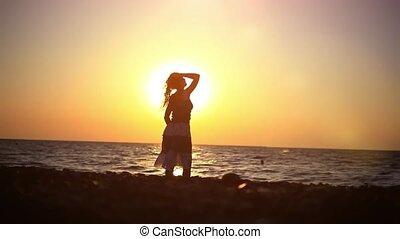 wandelende, vrouw, romantische, jonge, verbazend, ondergaande zon , zee, strand
