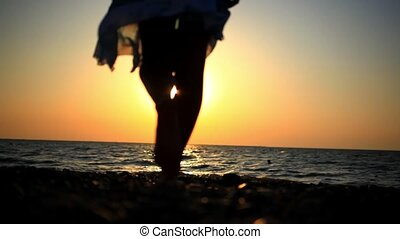 wandelende, vrouw, romantische, zonnig, jonge, vaag, rotsachtig, zee, strand, ondergaande zon , reflectie