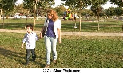 wandelende, zoon, park, moeder