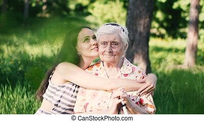 wang, grootmoeder, haar, omhelzingen, kussen, kleindochter