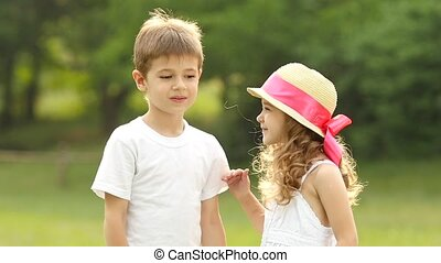 wang, jongen, weinig; niet zo(veel), vertragen, kussen, verlegen, meisje, smiles., motie, hij