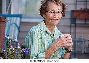 warme, vrouw, senior, drank, buitenshuis