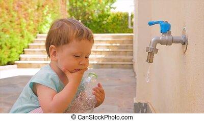 water, weinig; niet zo(veel), concept, tap., fles, vloeiend, problemen, plastic, kleuterschool, achtergrond., problems., vasthouden, water., baby, fris, meisje, toddler, spelend, lege, geitje