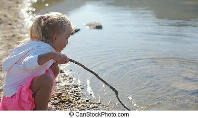 water, weinig; niet zo(veel), meer, lang, lood, stok, blond haar, meisje