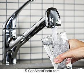 waterglas, vullen, kraan