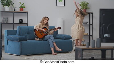 weekend, uitgeven, dancing, spelen samen, wanneer, haar, gekke , thuis, parenting, gitaar, weinig; niet zo(veel), kindertijd, meisje, moeder, vrolijke