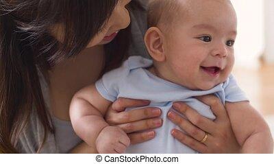 weinig moeder, jonge, kussende , baby, thuis, vrolijke
