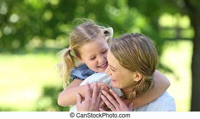 weinig moeder, meisje, het koesteren, vrolijke