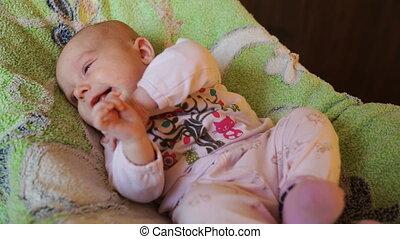 weinig; niet zo(veel), baby meisje, het glimlachen