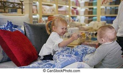 weinig; niet zo(veel), baby's bed, spelend