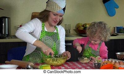 weinig; niet zo(veel), bakken, gezin, meiden, moeder, dochter, vrolijke , apron., keuken