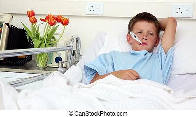 weinig; niet zo(veel), bed, ziek, zittende , jongen, thermometer