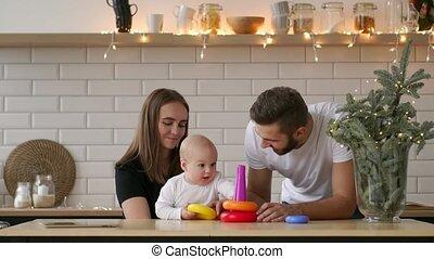 weinig; niet zo(veel), concept, dochter, mensen, -, gezin, vader, speelbal, feestdagen, moeder, jarig, piramide, baby, feestje, ring, spelend, vrolijke