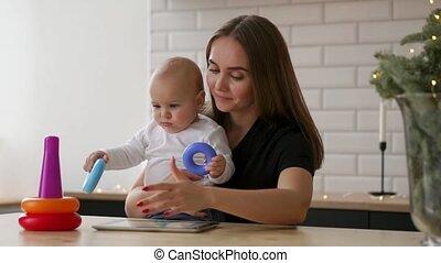weinig; niet zo(veel), concept, tablet, moederschap, gezin, -, jonge, pc computer, moeder, baby, thuis, het glimlachen, technologie, vrolijke