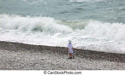 weinig; niet zo(veel), dochter, paar, getrouwd, wandelende, hun, kiezel strand