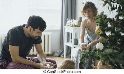 weinig; niet zo(veel), dochter, stamboom, huis het verfraaien, kerstmis, vrolijke