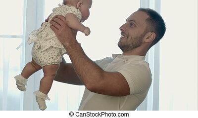 weinig; niet zo(veel), dochter, vader, jonge, spelend, vrolijke