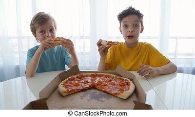 weinig; niet zo(veel), eten, licht, twee, kaukasisch, jongens, home., dag, pizza