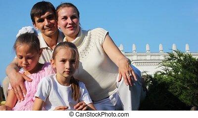weinig; niet zo(veel), gezin, handen, meiden, twee, tegen, elkaar, blik, golven