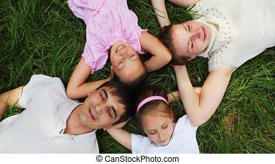 weinig; niet zo(veel), gezin, meiden, wei, twee, ligt