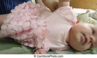 weinig; niet zo(veel), haar, het putten, mamma, baby meisje, jurkje