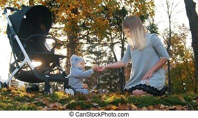 weinig; niet zo(veel), haar, leaves., son., jonge, herfst, moeder, baby, spelend
