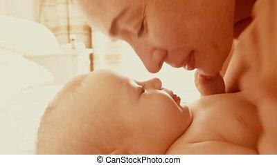 weinig; niet zo(veel), haar, slaapkamer, zonnig, moeder, baby, spelend