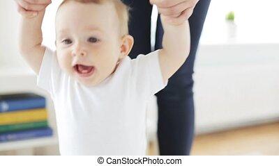 weinig; niet zo(veel), helpen, wandelende, moeder, baby, thuis, vrolijke , 14