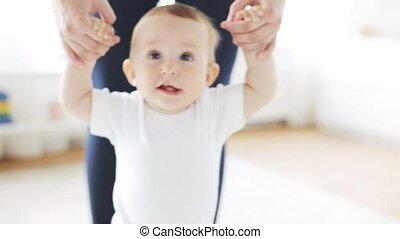 weinig; niet zo(veel), helpen, wandelende, moeder, baby, thuis, vrolijke
