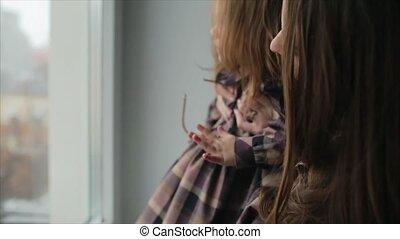 weinig; niet zo(veel), het kijken, venster, door, mamma, meisje