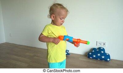 weinig; niet zo(veel), home., motie, gimbal, jongen, geweer, beweging, spelend, water, stabilisator