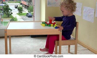 weinig; niet zo(veel), houten speelgoed, bakstenen, thuis, tafel, meisje, toddler, spelend