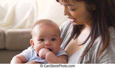 weinig; niet zo(veel), jonge, moeder, baby, thuis, vrolijke