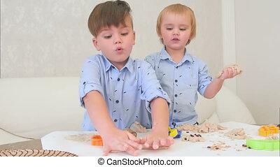 weinig; niet zo(veel), jongens, twee, hoe, deeg, leren, bakken, spelend