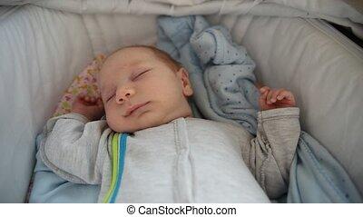 weinig; niet zo(veel), kalm, slapende, de voederbak van de baby