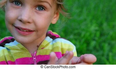 weinig; niet zo(veel), klesten, groene achtergrond, meisje, gras