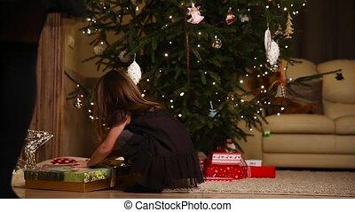 weinig; niet zo(veel), looppas, boom., onder, meisje, open, kerstkado